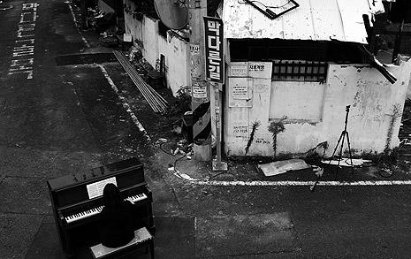 '판사 노무현' 살던 동네 골목길, 가로막은 피아노