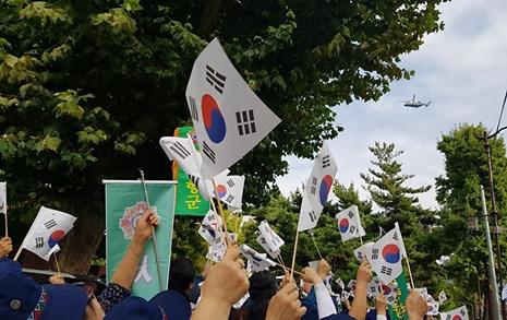 문 대통령 헬기 향해 태극기 흔든 재향군인회