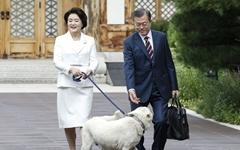[오마이포토] 문재인 대통령 부부 환송하는 '마루'