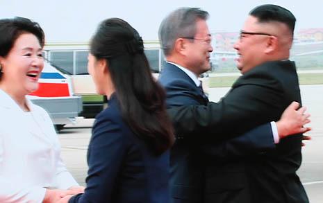 환영나온 평양시민들 손 덥석 잡은 문 대통령