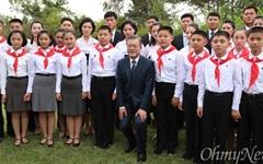 [오마이포토] 평양 어린이들과 키 맞추는 문재인 대통령