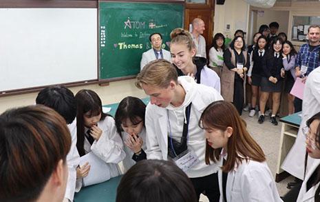 구리시 한 고교에 나타난 덴마크 학생들