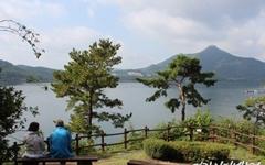 붉은 산과 탁트인 호수, 지금 아니면 볼 수 없는 풍경