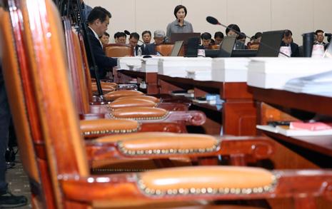 3분만에 멈춘 국정감사, 한국당 의원들 '유은혜 청문회 재방송'