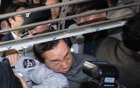 한국당 의원들과 몸싸움,  아수라장된 서울시청