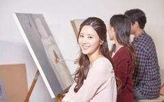 온라인으로 미술을 배우며 학사 학위를 취득한다