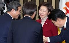 친박 부활... 나경원, 자유한국당 새 원내대표 당선