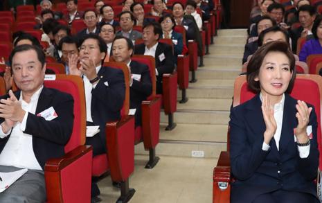 '대일외교 혹평' 특강에...  자유한국당은 박수세례