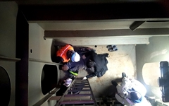 부산신항 컨테이너선 50대 작업자, 7m 계단 추락