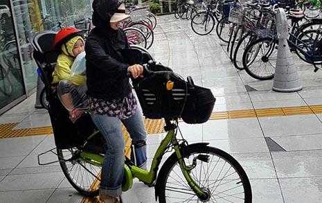 아이 둘 태우고도 자전거 씽씽, 늠름한 일본 엄마들