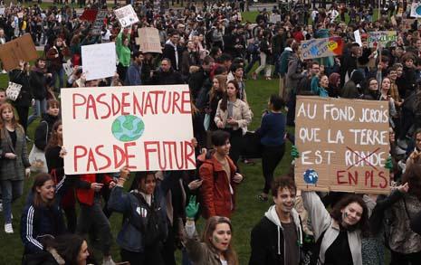 책걸상으로 교문 봉쇄... '파업의 정석' 프랑스 학생
