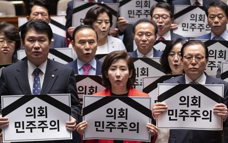 패스트트랙에 실패하면 한국당만 웃는다