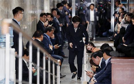 '국회 봉쇄' 한국당, 자기 얼굴에 먹칠을 하다