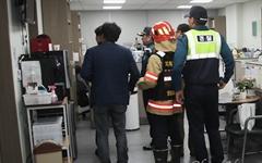 [오마이포토] 자유한국당, 채이배 의원실 점거... 경찰과 119구조대 출동