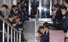 [오마이포토] 사개특위 회의장 봉쇄한 한국당