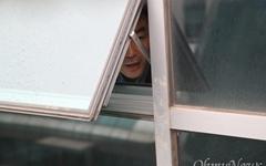 [오마이포토] 감금된 채이배, 창문 통해 회견