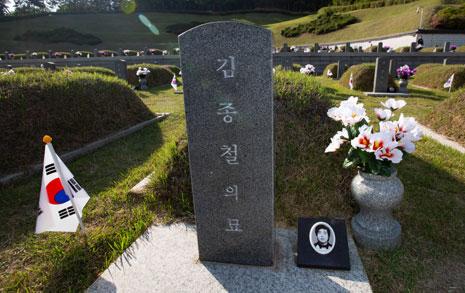 18세 시민군의 묘비명... 엄마는 손으로 무덤 파며 통곡했다