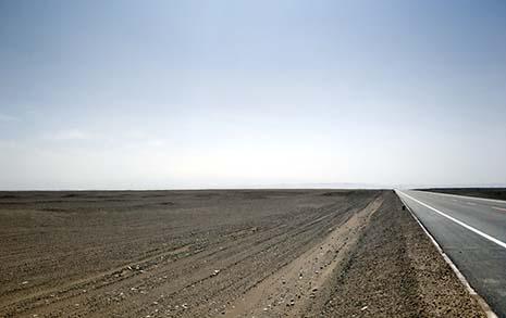 멀쩡한 도로 놔두고 사막 달리는 중국 자동차, 그 이유가