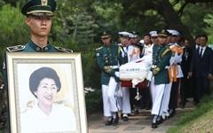 [오마이포토] 이희호 여사, 김대중 전 대통령 묘역 합장