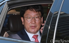 [오마이포토] '무죄' 축하 전화 받는 권성동 의원