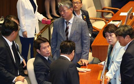 """""""다 반대?"""" 술렁거린 본회의장... 이낙연 총리가 연설에서 삭제한 두 문단은?"""