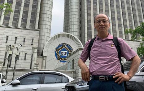 김앤장에 맞선 목사... '1억원짜리 현수막' 걸리다