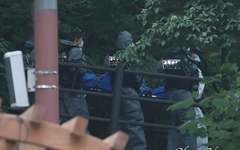[오마이포토] 정두언 전 의원 시신 운구하는 경찰