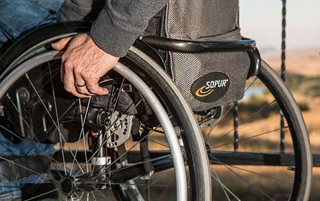휠체어 탄 장애인이 문을 열고도 못 들어간 이유