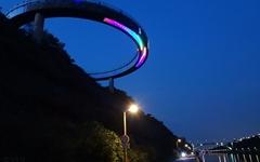 거대한 폭포 위에 떠 있는 UFO 전망대