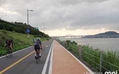 자전거 타고 여름을 이겨내는 사람들