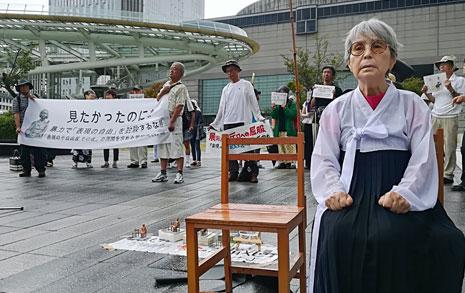 저고리 입고 '소녀상' 된 82세 일본인 여성의 절규