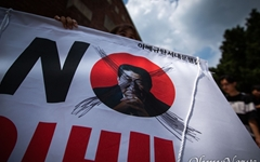 """새 일왕 """"과거 깊은 반성"""" 아베 총리는 반성·책임 언급 안 해"""