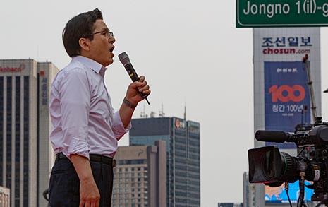"""한국당 장외투쟁 재개, 국민 2명 중 1명 """"전혀 공감 안해"""""""