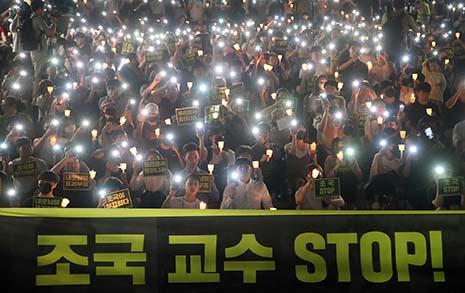 """서울대 '조국 사퇴' 촛불... """"의혹 난무 조국, 결단 기다리겠다"""""""
