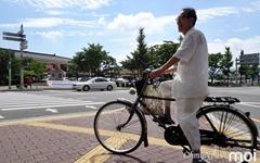 [사진] 고풍스러운 도시 경주와 잘 어울리는 자전거 탄 시민
