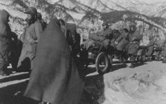 [사진] 모포 쓰고 후퇴... 유엔군의 뒷모습