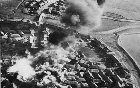 [사진] 1951년, 폭격으로 불타고 있는 북한의 한 마을