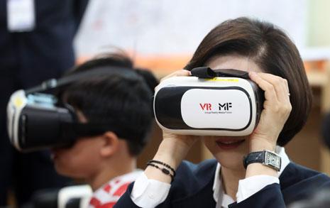 """""""발작 위험"""" 경고에도, 초등생용 VR교과서 만든 교육부"""