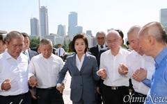[오마이포토] 삭발한 의원들 격려하는 나경원
