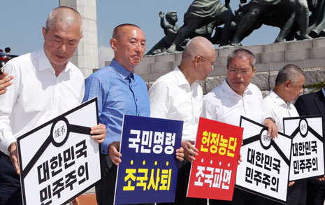 """밀고 또 밀고... """"한국당 공천엔 삭발 필수 소문"""""""