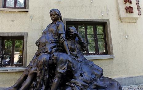 임신한 위안부의 동상... 눈물을 참고 어금니를 깨물다