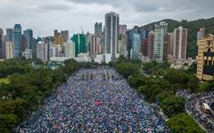 홍콩 시위... 경찰, 14세 소년에게 총격