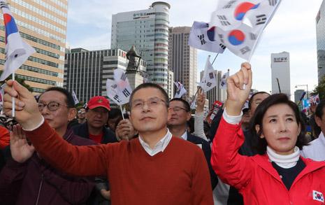 국정농단 사태 후 최고 지지율 찍은 한국당, 민주당과 격차는?