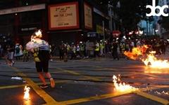 """취재중 얼굴에 불붙은 홍콩기자 """"응급처치 중 경찰이 최루탄"""""""