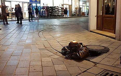 맨홀 뚜껑 열고 나온 남자, 왜 저렇게 있나 했더니