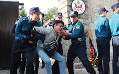 [오마이포토] 미 대사관저에서 끌려나오는 '월담시위' 대학생들