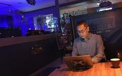 깊은 밤 카페에서 음악 틀던 DJ가 퇴근하고 하는 일