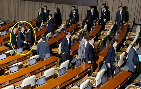 [오마이포토] 퇴장하는 한국당 의원들 따라가 악수하는 문재인 대통령