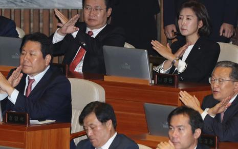 연설 도중 'X' 표시 한국당, 뒤쫓아가 악수 청한 대통령