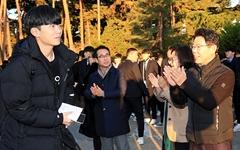 [포토] 수능시험장서 수험생 격려하는 김한근 강릉시장